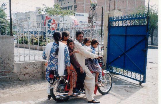 パキスタン 6人乗り