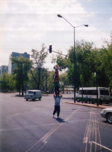 メキシコ 少年 大道芸