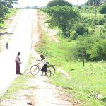 ザンビア東部・単車の値段と、食堂のにごった生水