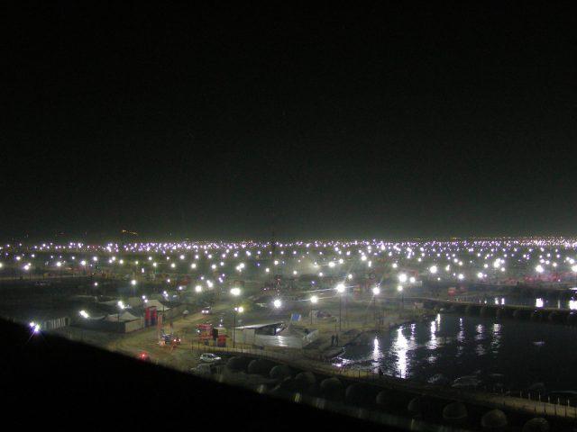クンブメーラ 夜景