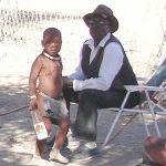 スーパーに入るヒンバ族 ナミビア奥地の部族村・オプウォ